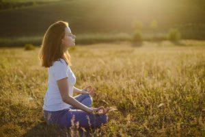 femme assise en meditation respiration