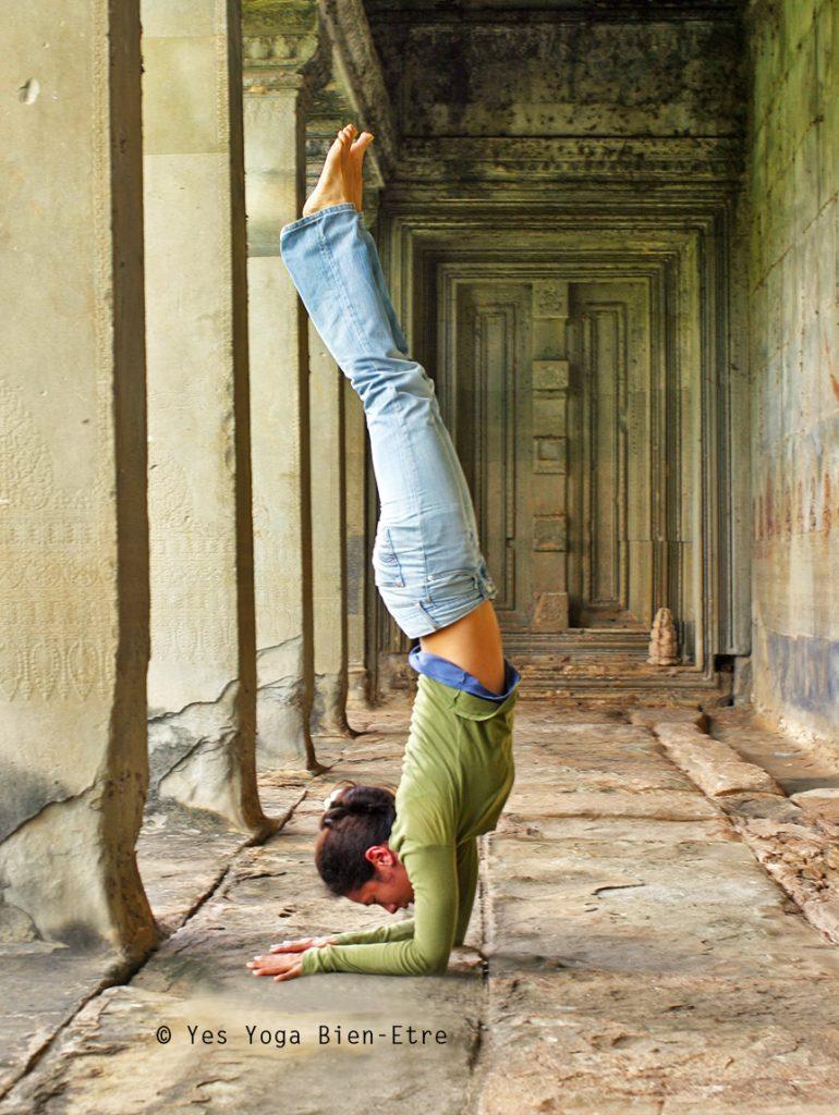 Pincha Mayurasana, l'Equilibre sur les bras, Posture de la Plume de Paon, à Angkor Wat par Yes Yoga Bien-Etre