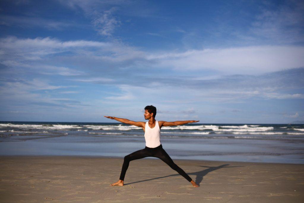 Virabhadrasana 2 la posture du guerrier à la plage