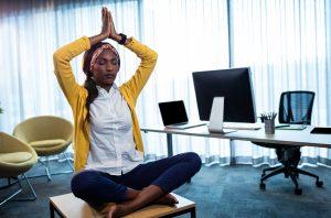 femme medite au bureau