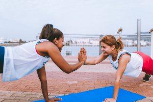femmes font yoga et sport