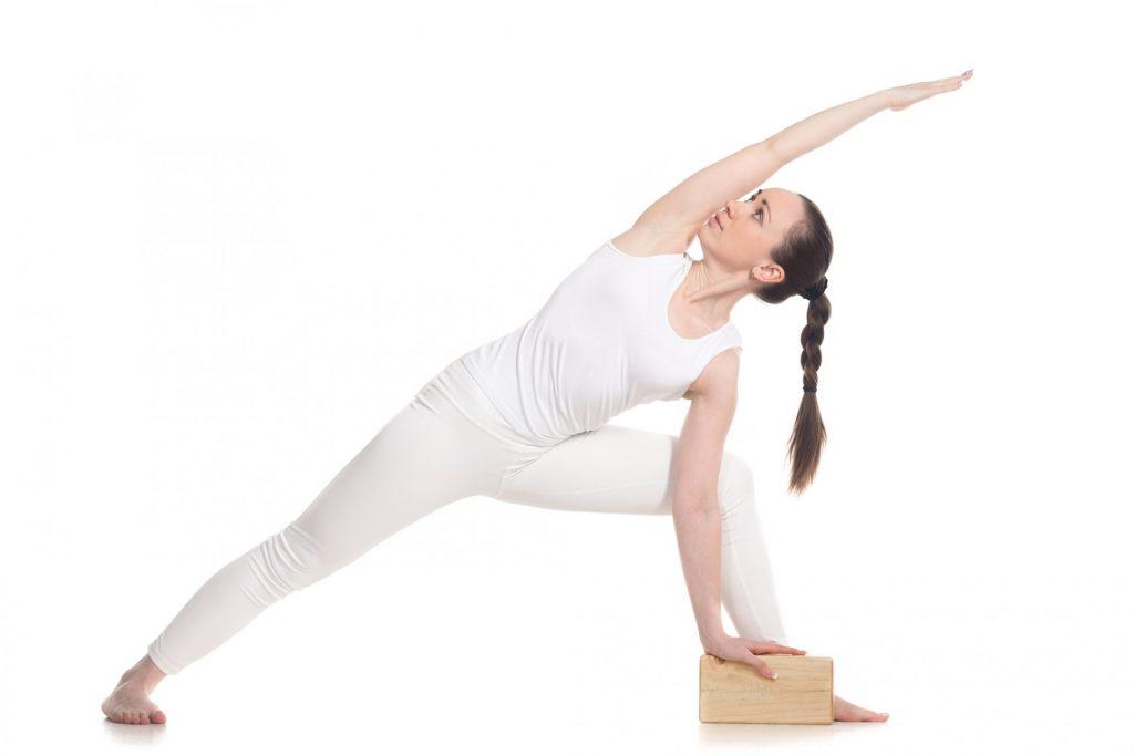 Utthita Parsvakonasana la Posture de l'angle étiré avec un bloc