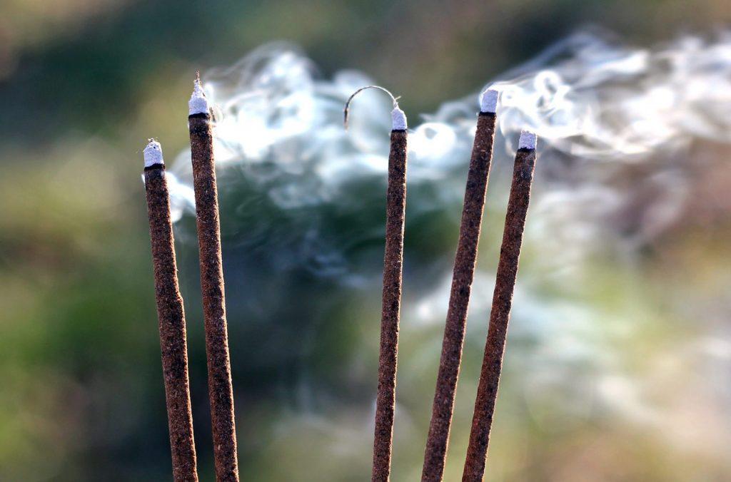 Bâtons d'encens qui brûlent